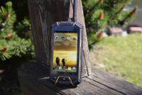 Smartfon TELEFUNKEN Outdoor WT4 - widok z anteną w terenie